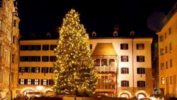 il-grande-albero-di-natale-di-fronte-al-famoso-tettucio-doro-di-innsbruck
